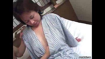 艶めかしい浴衣姿の高齢熟女が3Pセックスで上下の口を責められ卑猥な喘ぎ声を漏らす…