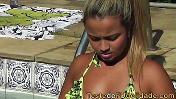 sexo-lesbico-na-beira-da-piscina
