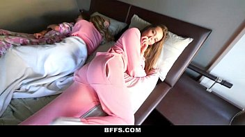 xxarxx بفس  مارس الجنس جميع أصدقائي الأخوات خلال النوم