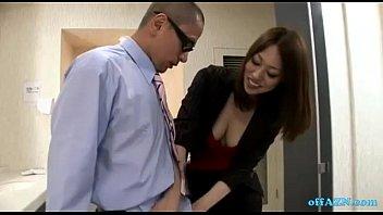 巨乳美女OLが会社のトイレで男性社員にフェラ