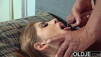 Мужчина дрочит клитор девушке смотреть порно