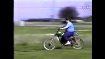Gordita en moto