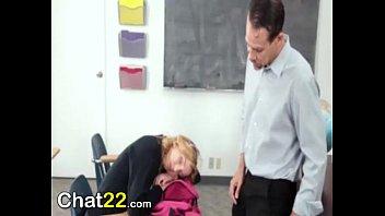 Profesor abusa de su estudiante a cambio de una...