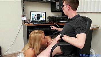 Ii Spune Ca S-A Stricat Laptopul Doar Sa Ii Suge Pula