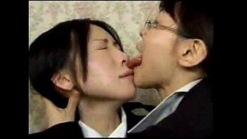 【JKの潮ふき・オナニー動画】(レズビアンビアン)ド変態な人妻レズビアンビアンの眼鏡淫乱痴女教師が教え子の幼い美今時JK今時JKを痴ジョる