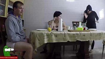Orgia en casa de su mejor amiga para llenarse de leche gui013