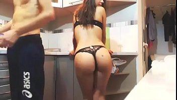 Doi Tineri Amatori De Porno Se Fut In Bucatarie