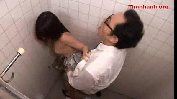 トイレでリーマンとハメちゃう美人OL