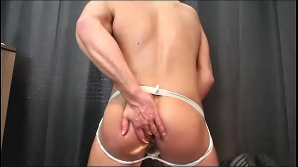 【無料オナニーゲイ動画】パイパンの凄い筋肉質なイケメンがアナルに指をいれたり、オチンチンを激しく扱いてオナニーを楽しんでいます。