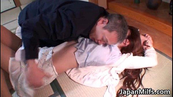 色気ムンムンの美人妻が発情したどっかのおっさんに押し倒されてレイプ