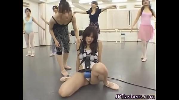 肉便器調教…電マを付けた状態でバレエ教室に参加