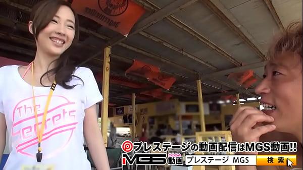 海の家でアルバイトしてる女の子がエッチなアルバイト上下のお口でデカチンを咥え込む!