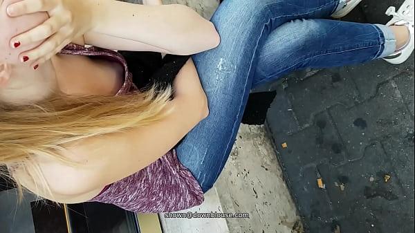 Подглядывает девушке под блузку
