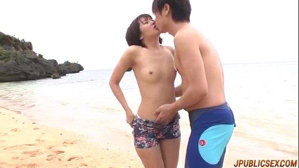 南国ビーチで美少女が全裸で肉棒を陰部に押し当てる無料セックス動画!