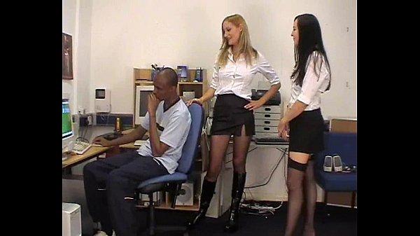 【スレンダー】パソコンの前で仕事してたら美女が二人入って来て押し倒されて美脚でヘッドロックされたり顔面騎乗されたり嬉しいような悲しいような男性がいたたまれない感じです