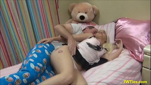 Pai tarado comeu a filha novinha na cama dela