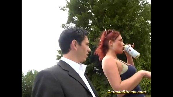 Barbat Cu Costum Ii Da Alcool Unei Zdrente Si O Fute In Natura Ametita