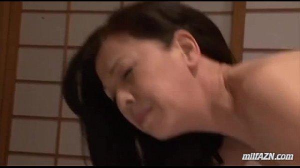 和室で息子に手マンされチンポにしゃぶりつくムチムチな美熟女