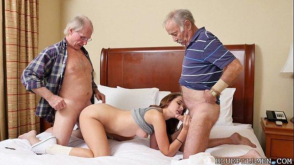 Velhos comendo ninfeta novinha em vídeo de sexo grupal quente