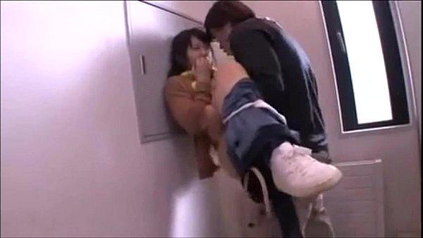 ケツを触って痴漢したら、その気になっちゃったのでトイレに連れ込んで駅弁ファック!  素人  の画像