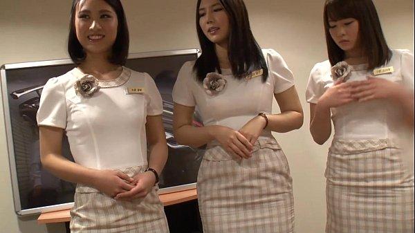 新車説明会に出演していた可愛い女の子3人を口説きその場でAV撮影開始