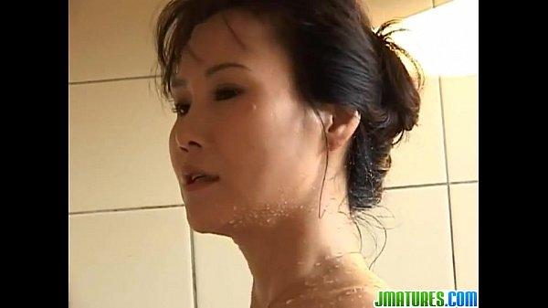 巨乳人妻がお風呂でいたずらされて感じてしまう
