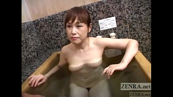 con dâu đang tắm thì bố chồng gõ cửa bảo mắc ỉa quá