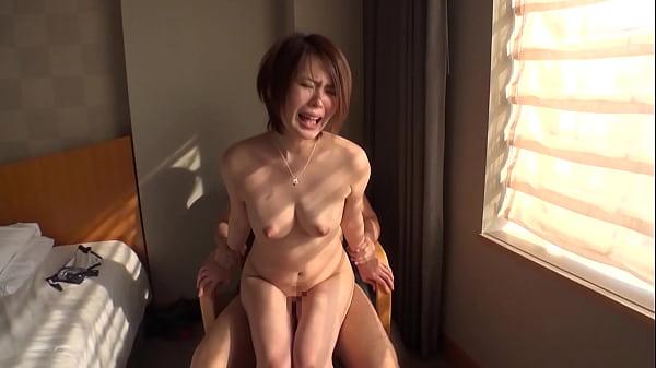 ぷりっとした肉付きのいいお尻が魅力的な素人娘が快感に喘ぎまくる