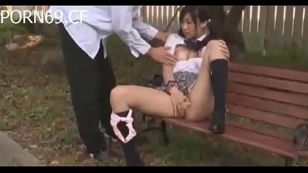 公園のベンチでオマンコ丸出しにしてセルフ手マンでオナニーする激カワ女子校生