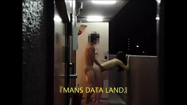 マンションの廊下に隠しカメラを設置して彼女と玄関に出て露出セックス