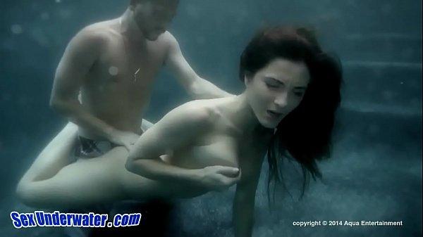 水の中で愛撫しあい水中ファックをする外人さん