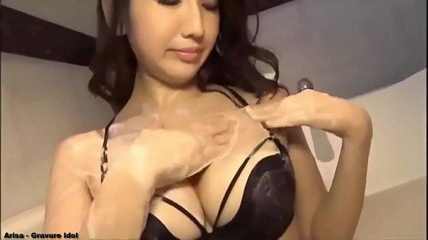 【水着ギャルの動画】妖艶な美女が黒い水着でエロいポーズを色々やります