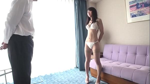 モデルのようなスレンダーな美女は純白の下着がとっても似合う
