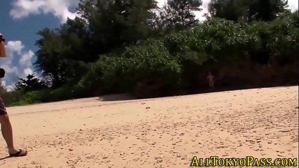 素人動画。南の島の綺麗なビーチで青姦プレイ!木陰にはいって露出フェラを楽しんじゃう 素人