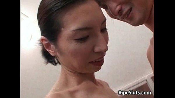 スレンダーで垂れた乳のオバサン熟女とお風呂でペッティング!熟練されフェラ素人|イクイクXVIDEOS日本人無料エロ動画まとめ