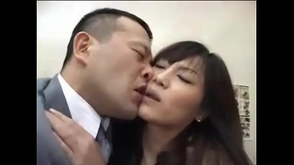 会社で欲情した不倫カップルがエレベータの中でガチンコセックス