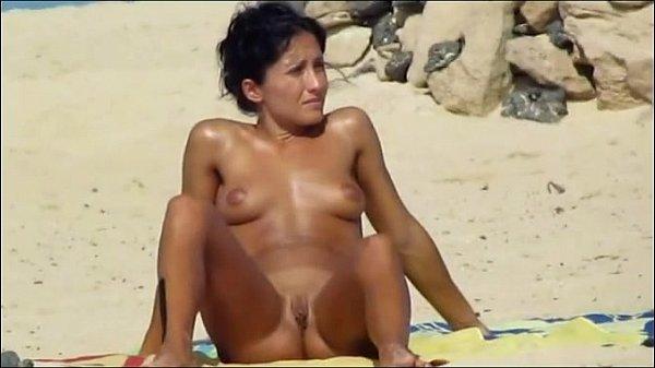 Голая на пляжи раздвинула ноги поссать