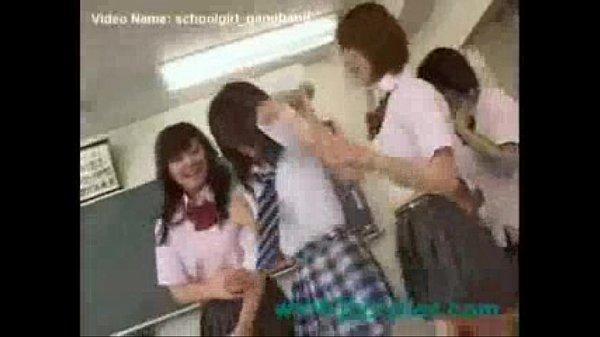 【JKギャルの動画】制服姿のロリ可愛いJK達が同級生の女の子を集団レズビアンで虐める
