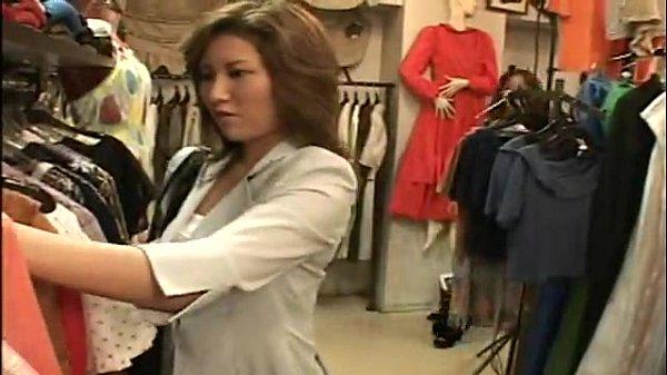 セクシーなアパレル店の女店長が従業員の美女の乳首を舐めてレズっちゃう