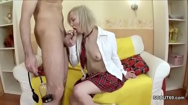 muzhik-trahaet-telku-na-stole