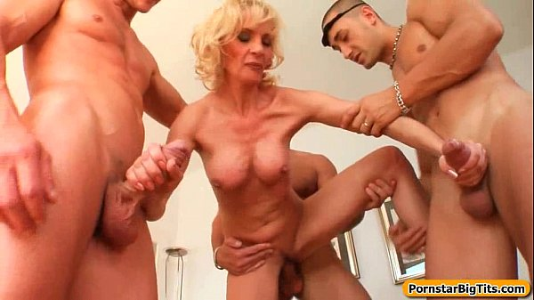 Milf Blonda Incearca Sex Cu 3 Barbati Odata