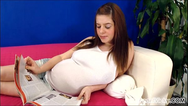 かわいい外国人妊婦が激しいオナニーをする