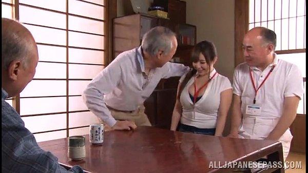【新山らん】色白ぽっちゃりKカップ爆乳痴女介護士、おじいちゃんたちと4P