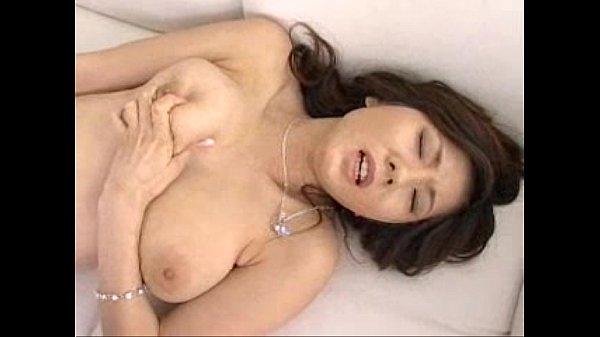 【女性のオナニー動画】人気AV女優の麻美ゆまが電マと指で本気イキしちゃう姿を生配信