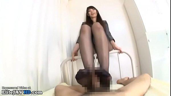 スーツOLが黒パンスト美脚でぐりぐり足コキ!両足の平でがっちり竿を掴んでシコシコしごいてくれる美脚お姉さん
