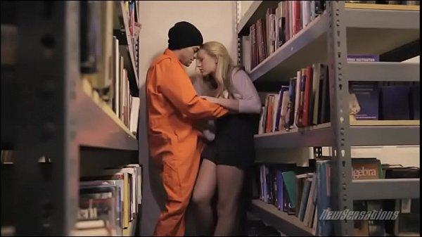 Un prizonier violeaza o fata in librarie