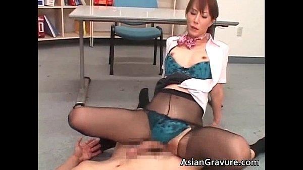 穴あきパンスト着衣のセックスで艶っぽくよがる澤村レイコがパンストにザーメンを浴びる