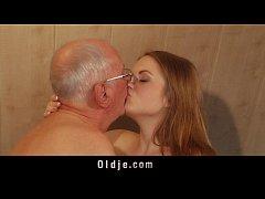 Netinha gostosa dando pro avô