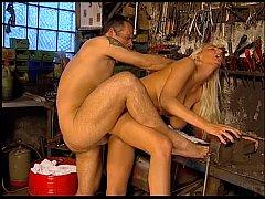 Girl fucked by worker- in der Werkstatt von Kundin geblasen