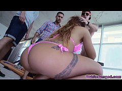 Smoking hot babe Kyra Hot shows her amazing bod...